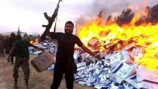 """Бойци на Ислямска държава изгарят цигари, сред които и от марката """"Престиж"""" на Булгартабак"""
