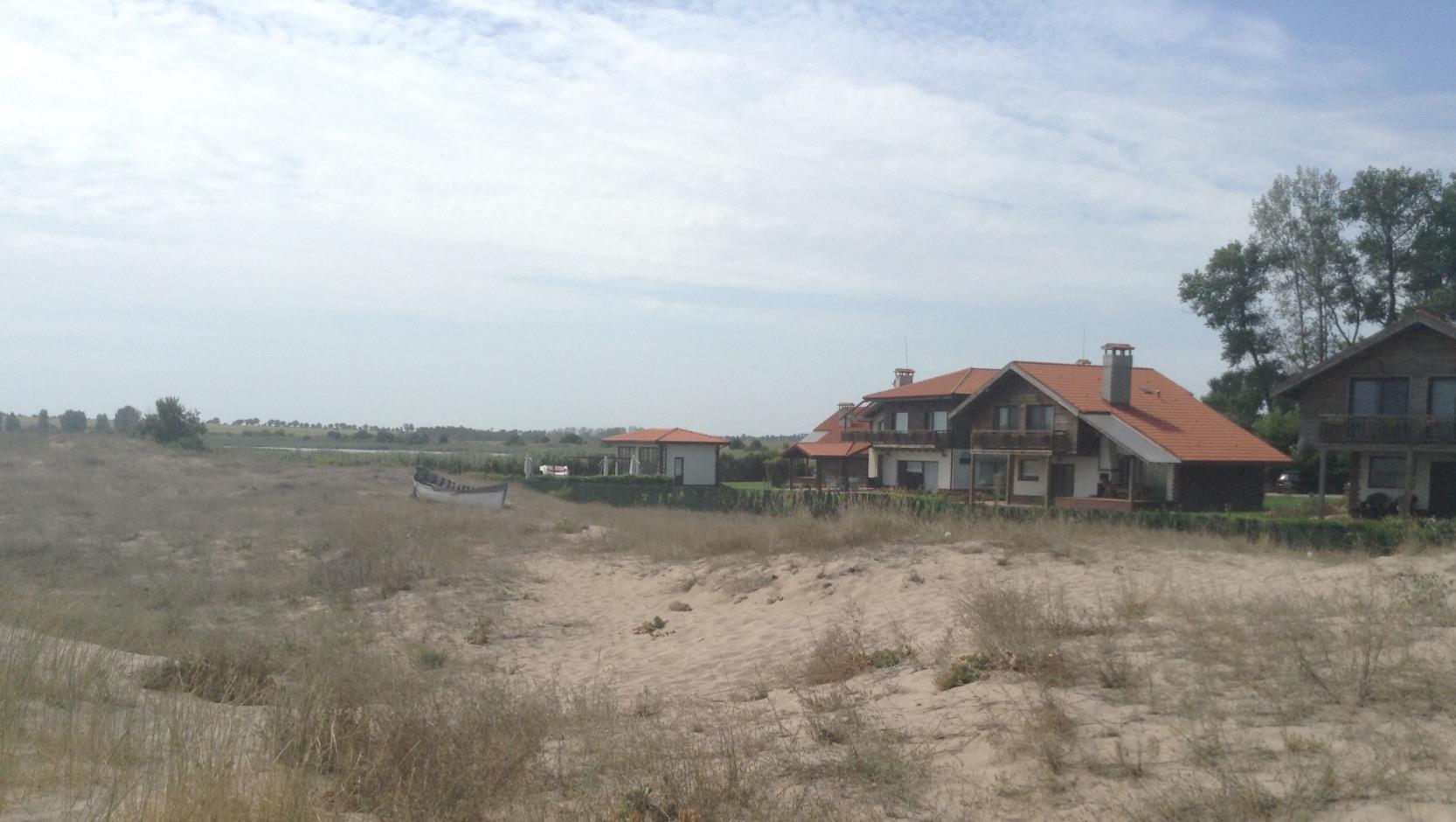 Тук на земя отвоювана от дюните, в незаконнопостроена къщичка почива Сотир Цацаров
