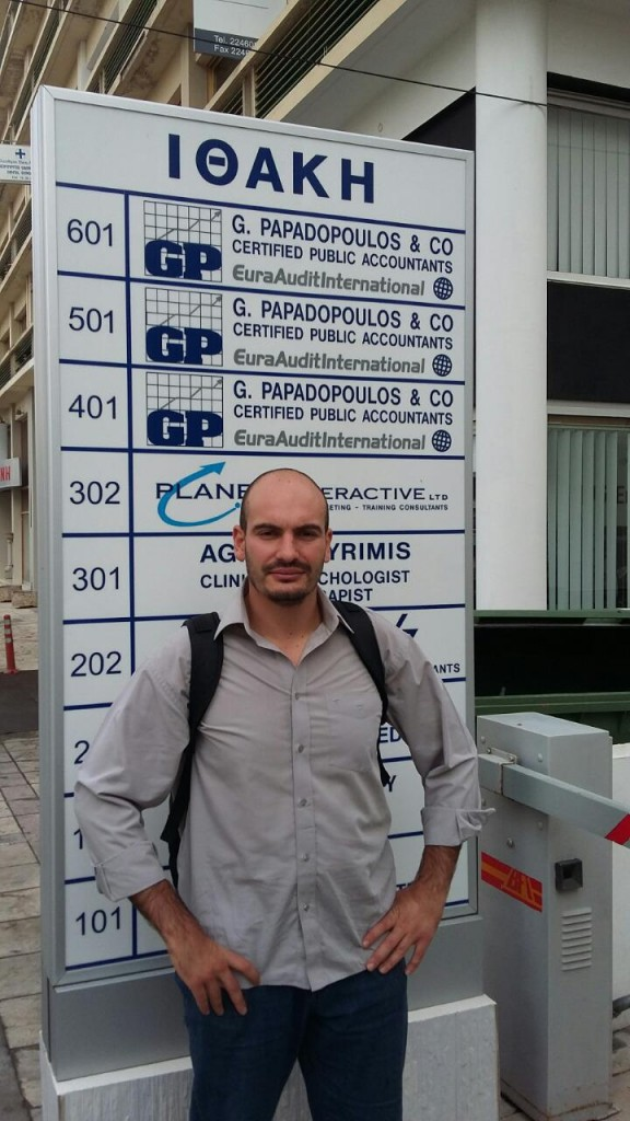 Репортерът на Биволъ Димитър Стоянов пред офиса на адвоката Г. Пападопулос, където са регистрирани всички офшорки на Георгиу.