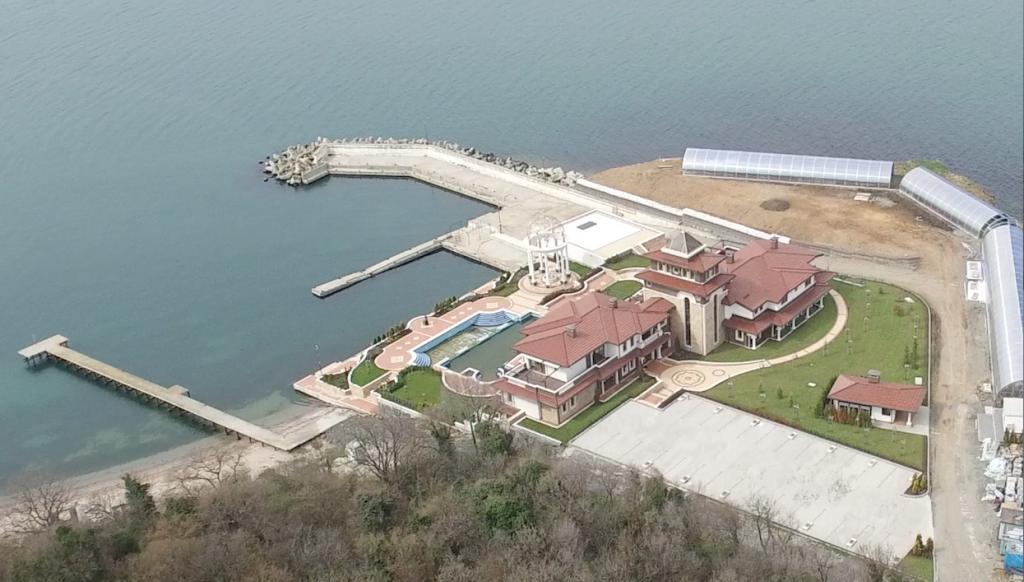 От въздушната снимка се вижда мащабът на строежа и халета построени без разрешение.