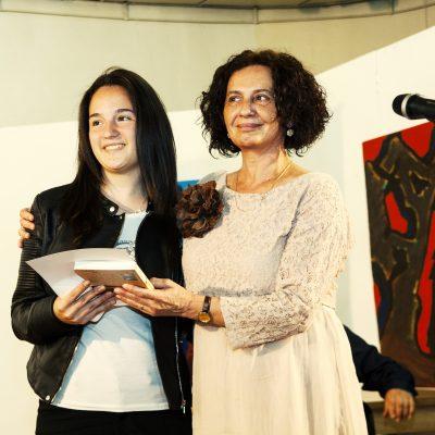 Председателят на журито Михайлина Павлова връчва втора награда на Теодора Данчева от Търговска гимназия Бургас