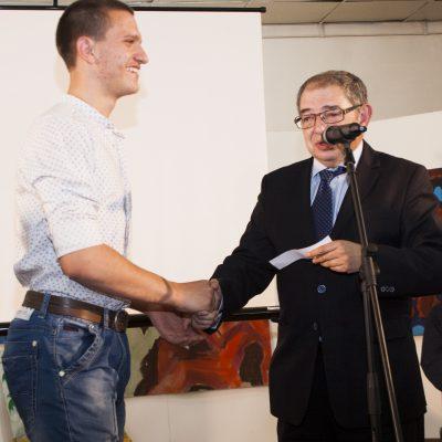 """Йосиф Меламед, генерален секретар на Организацията на евреите в България """"Шалом"""" връчва поредната награда"""