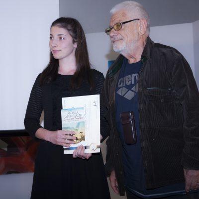 Поетът Недялко Йорданов връчи една от поощрителните награди на Габриела Манкова от Кърджали