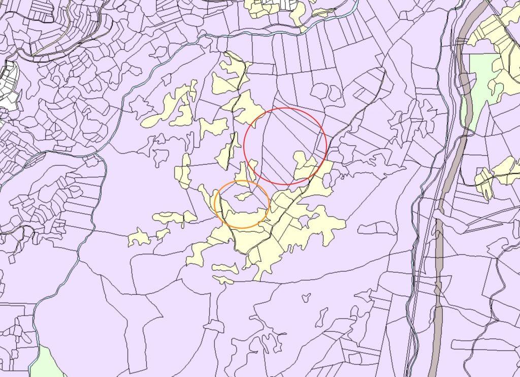 Теренът в червения кръг е с неясен собственик. Теренът в оранжевия кръг е собственост на Теди-СМ, която е собственост на Максим Димов.
