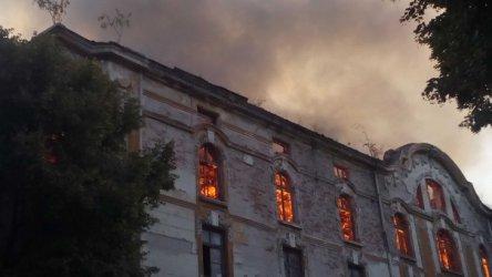 Горящите тютюневи складове в Пловдив. Снимка: БГНЕС