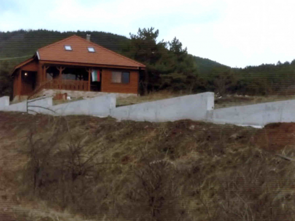 Зам.-областен управител и общинарка от ГЕРБ вдигнаха дом на земеделска земя
