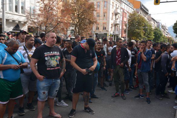 Какво правиш, ако граждански протест ти пречи да си имаш главен прокурор? Пращаш  саботажна дружина от яки момчета, крайнодесни и роми
